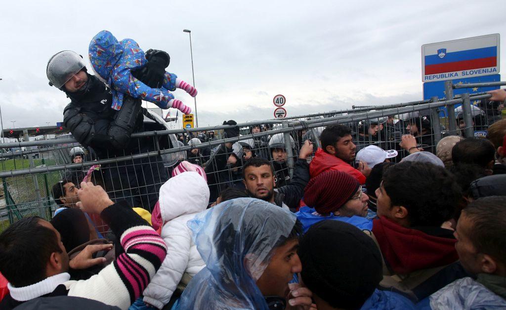 Trnovec, 19.10.2015 - Malo prije 16 sati slovenske vlasti odluèile su propustiti 500 izbjeglica koje su provele cijelu noæ i dan na graniènom prijelazi Trnovec. Na slici pripadnici slovenske policije u velkoj gužvi propustili su imigrante u Sloveniju. foto HINA/ Damir SENÈAR /ds