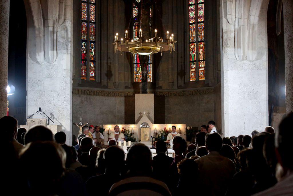Ipak Crkva na laku ruku legende ne zabacuje, jer nam one, iako su plod mašte, pojedine svece.