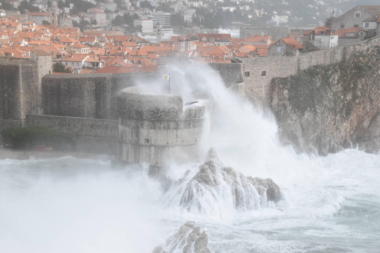 (FOTO, VIDEO) Olujno nevrijeme poharalo obalu, u Dubrovniku zabilježen rekordan val od 11 metara: Slijedi smirivanje