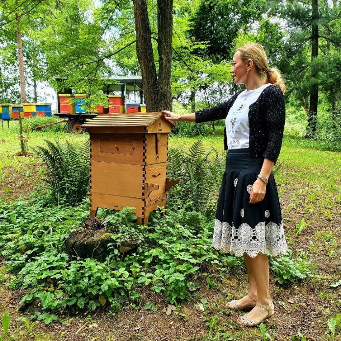 Marijana Petir u prvom hrvatskom hotelu za pčele