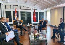 Predsjednik Vlade RH Andrej Plenković, koji sudjeluje na samitu Procesa suradnje u jugoistočnoj Europi (SEECP), održao je bilateralni sastanak s turskim predsjednikom Recepom Tayyipom Erdoganom. Na slici ministri Tomislav Ćorić i Gordan Grlić Radman, Andrej Plenković i Recep Tayyip Erdogan.