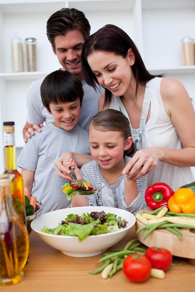 Obitelj priprema ručak zajedno ; Happy family cooking together in the kitchen